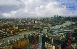 俯视有塔桥梁的俯视图泰晤士河 免版税库存照片