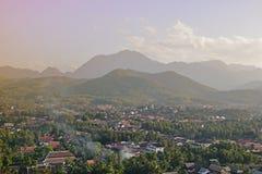 俯视有山的琅勃拉邦地方地标thr地方邻里在背景中 库存照片