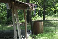 俯视森林的门廊和接雨水的桶 免版税库存照片