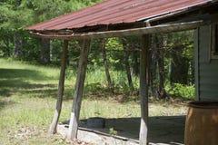 俯视森林的门廊和接雨水的桶 免版税库存图片