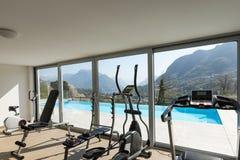 俯视水池和小山的健身房 免版税库存图片