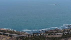 俯视江边&路从小山,旅行在闪耀的波浪的船 股票视频