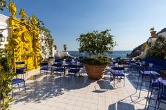 俯视波西塔诺的沿海城市阿马尔菲海岸的意大利一个美丽的大阳台 免版税库存图片