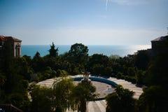 俯视海和一个美丽的被放弃的大厦的风景 图库摄影
