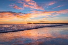 俯视海洋的桃红色,橙色和蓝色日落在Limantour,加利福尼亚 免版税图库摄影