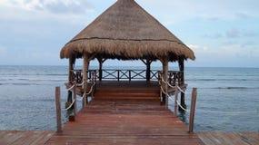 俯视海洋的热带小屋 免版税库存照片