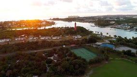 俯视海洋的红灯房子在日出 免版税库存照片