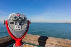 俯视海洋的薪水双筒望远镜 库存图片