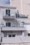 俯视海湾的小旅馆在科孚岛希腊海岛上的科孚岛镇  库存照片