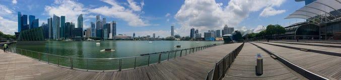 俯视海湾的小游艇船坞海湾全景和新加坡市中心和商店 库存图片
