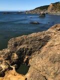俯视海湾的岩石孔 免版税库存图片