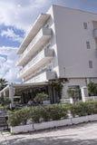俯视海湾的旅馆在科孚岛希腊海岛上的科孚岛镇  免版税库存图片