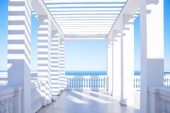 俯视海的大阳台 免版税库存照片