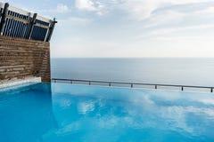 俯视海的房子的屋顶的游泳场 库存照片