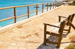 俯视海的空的长凳 库存图片