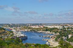 俯视海边镇和南湾从鸟` s眼睛 库存图片