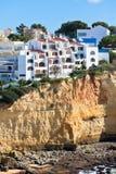 俯视海洋的峭壁的海滨村庄在葡萄牙 免版税库存照片