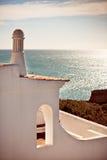 俯视海洋的峭壁的白色房子在葡萄牙 库存照片