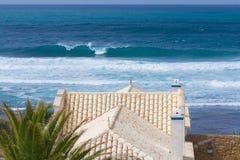 俯视海洋的豪华热带别墅 库存图片