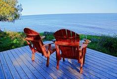 俯视湖的两把adirondack椅子 免版税库存照片