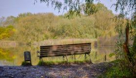 俯视湖的长凳 免版税图库摄影