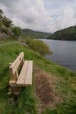 俯视湖的长木凳 库存图片