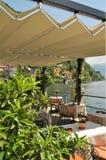 俯视湖的餐馆桌 图库摄影