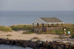 俯视特拉华湾的海滩小屋 免版税库存图片