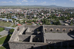 从俯视现代市卡尔斯的卡尔斯城堡的废墟的看法,土耳其的远东部的 免版税库存照片
