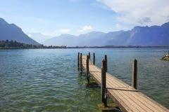 俯视瑞士阿尔卑斯和莱芒湖的木码头 库存照片