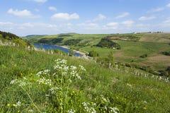俯视的Scammonden水坝在坚固性农村约克夏Moorlan 免版税库存图片