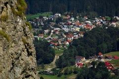 俯视罗马尼亚视图村庄的busteni 库存图片