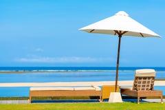 俯视美丽的热带海滩的太阳树荫&沙发床 库存图片