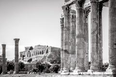 俯视著名上城,雅典的奥林山宙斯寺庙 免版税图库摄影