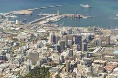 从俯视街市开普敦江边和港口,南非的桌山的鸟瞰图 免版税库存图片