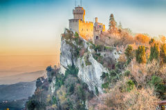 俯视谷的15世纪塔立场 图库摄影