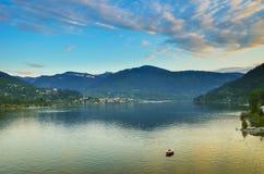 俯视镇静湖的积雪覆盖的山在日落 免版税库存图片