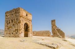 俯视阿拉伯城市菲斯,摩洛哥,非洲的古老Merenid坟茔废墟  免版税图库摄影