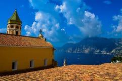 俯视阿马尔菲海岸,意大利的教会 库存图片