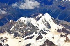 俯视雪的加盖的山 图库摄影