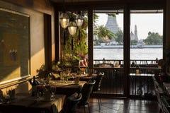 俯视黎明寺的豪华餐馆在日落时间,曼谷, 库存图片