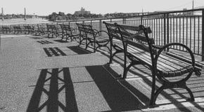 俯视水的纽约长凳 免版税图库摄影