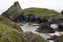 俯视Kyance小海湾的峭壁视图在康沃尔郡 免版税库存图片