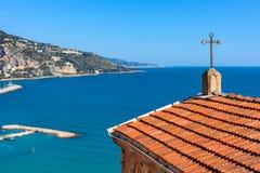俯视Ment的地中海和海岸线小教会 免版税库存照片