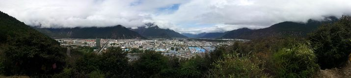 俯视nyingchi bayi镇的全景 库存图片