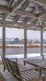 俯视Oquirh湖的俱乐部的清楚的垂直的斯诺伊露台 免版税库存图片