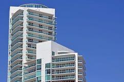 俯视Southpointe公园海滩的现代豪华公寓房塔 图库摄影