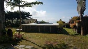 俯视Taal湖的游泳池周围 免版税库存图片