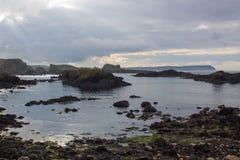 俯视Whitepark海湾的岩石海岸线对从Ballintoy港口的北部北部安特里姆海岸的在北爱尔兰 免版税图库摄影