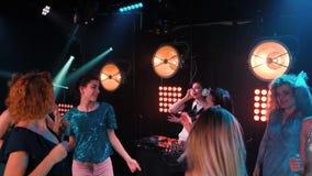俱乐部享受与音乐会的党舞蹈党 夜总会DJ党人享用的音乐跳舞声音 影视素材
